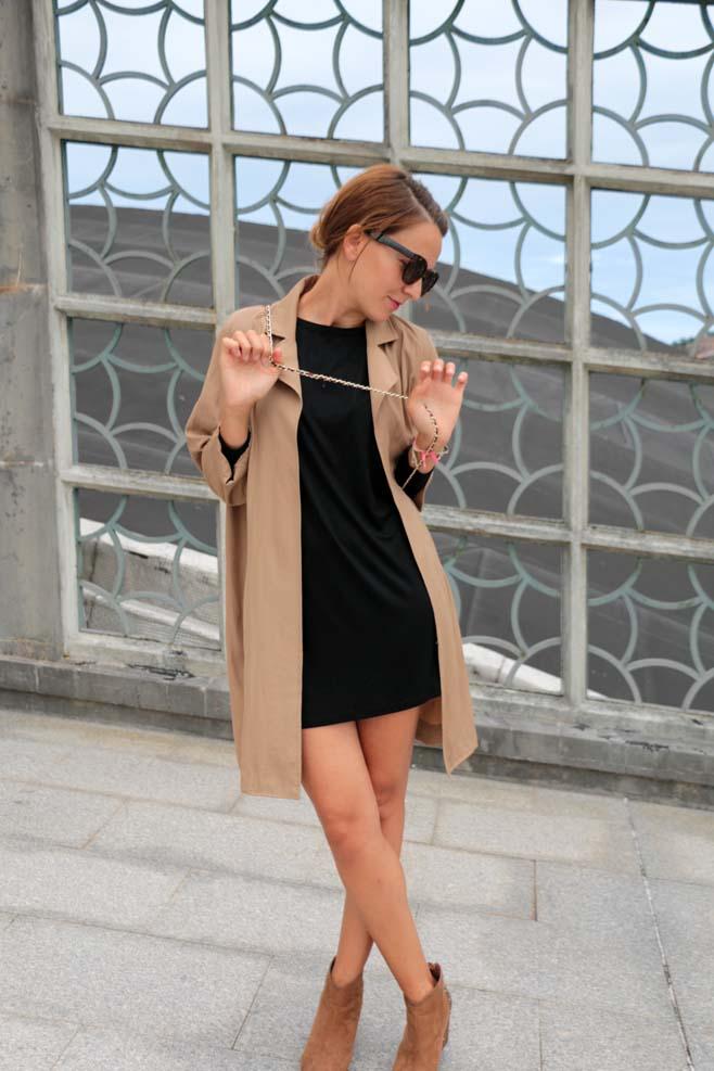 Vestido negro con botas beige