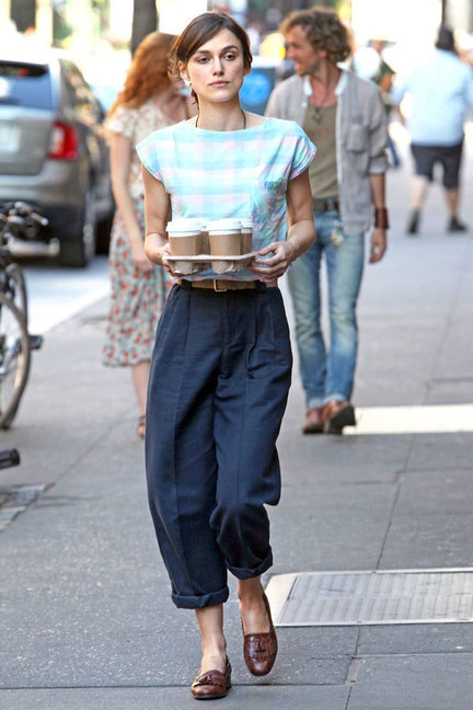 content_keira_knightley_begin_again_pantalon_boyfriend_azul_camiseta_rayas