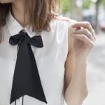 Blusa blanca con lazo negro