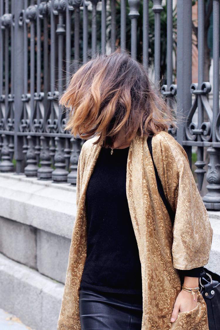velvet_kimono-leather_skirt-black_and_gold-outfit-street_style-9