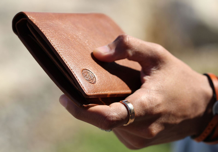 mans-hand-with-wallet-1600
