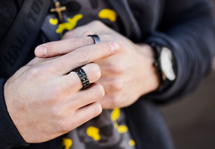 mans-hands-with-two-rings-1600
