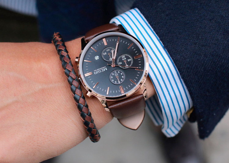 mans-wrist-with-the-watch-and-bracelet-1600