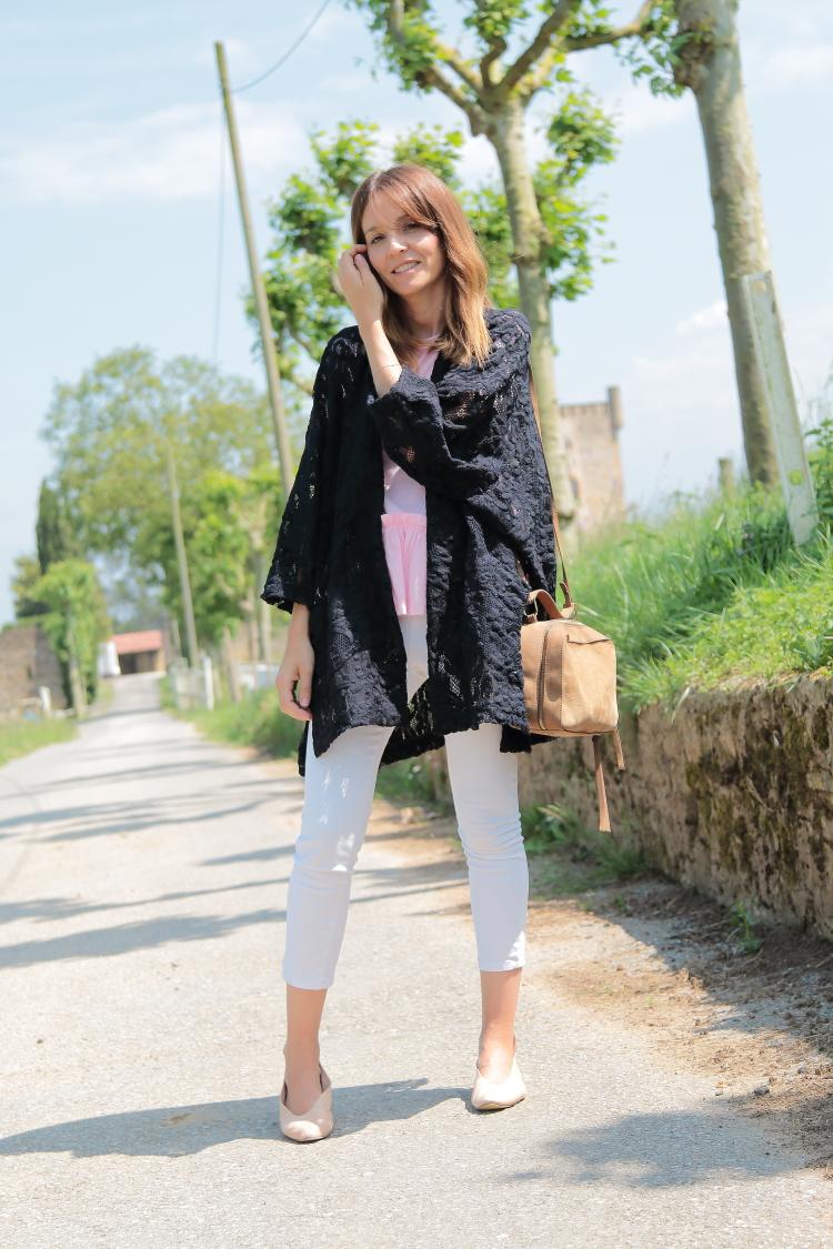 look-primavera-verano-kimono-azul-blanco-rosa
